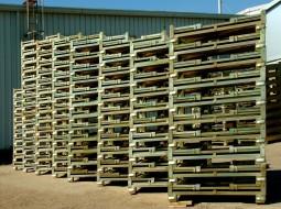 Zeď kovových palet